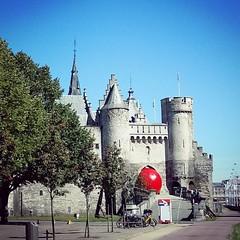 Het Steen wat moeilijker bereikbaar vandaag #redballproject #zva #streetart #Antwerp