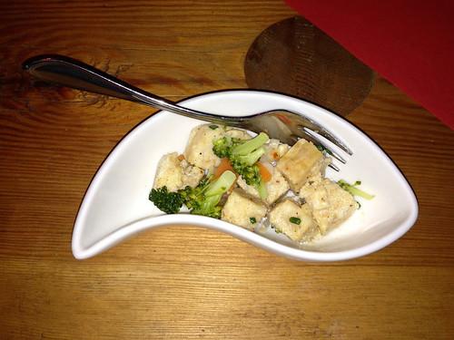 Marinierter Knödel-Gemüsesalat mit Zwiebeln / Marinated dumpling vegetable salad with onions
