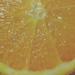 Media naranja y brillo navideño