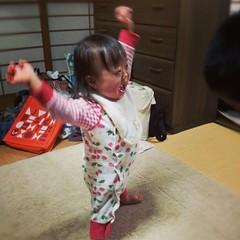 娘が自力で立てる時間が長くなってきた!現在平均五秒くらいだけど、段々安定してきてます。この年末年始で急速に伸びてきた。