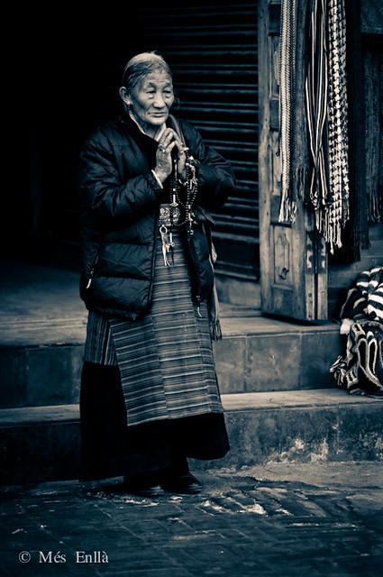 Rezando mantras en Kathmandú