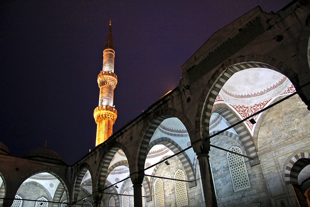 Illuminated minaret of the Blue Mosque, Istanbul, Turkey イスタンブール、ブルーモスクのミナレット