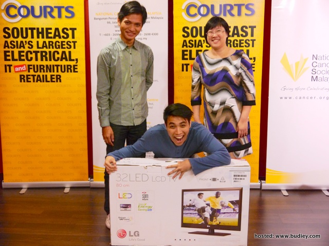 First prize winner Khoo excitedly receives his prize from Yahya and Lim