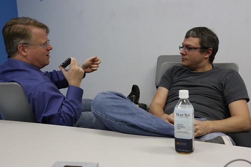 Scoblaizer entrevistando a Mike Shaver para el libro