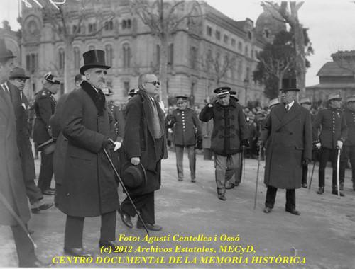 Barcelona, 26 de diciembre de 1933,  séquito fúnebre del President Francesc Macià. by Octavi Centelles