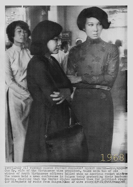 1968 Mrs. Nguyen Cao Ky & Widows - Bà NCK và các quả phụ - Press Photo