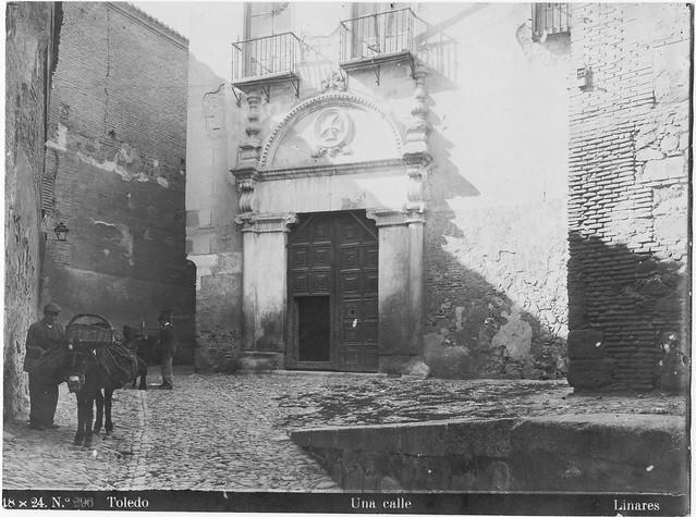 Portada del antiguo convento de Trinitarios Calzados en la Cuesta de la Portería de la Trinidad hacia 1915. Fotografía del estudio de Abelardo Linares