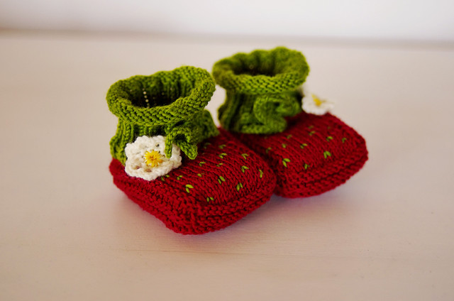 Pjusken's Strawberry Baby Booties - Babyschühchen in Wollmeise @frauvau.blogspot.dePrinzessin Erdbeer