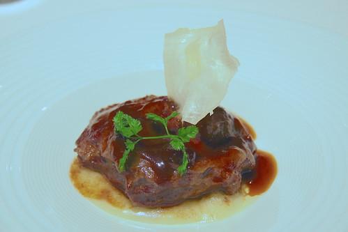 Restaurante Solana - Carrillera de ternera lechal. Estofado con vino tinto con puré de patata y yucal.