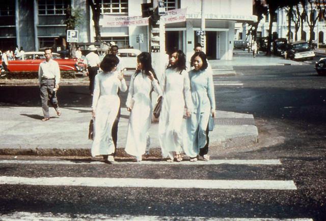 SAIGON SCENES FROM THE EARLY 1960s - Bốn cô nữ sinh trên đường Lê Lợi