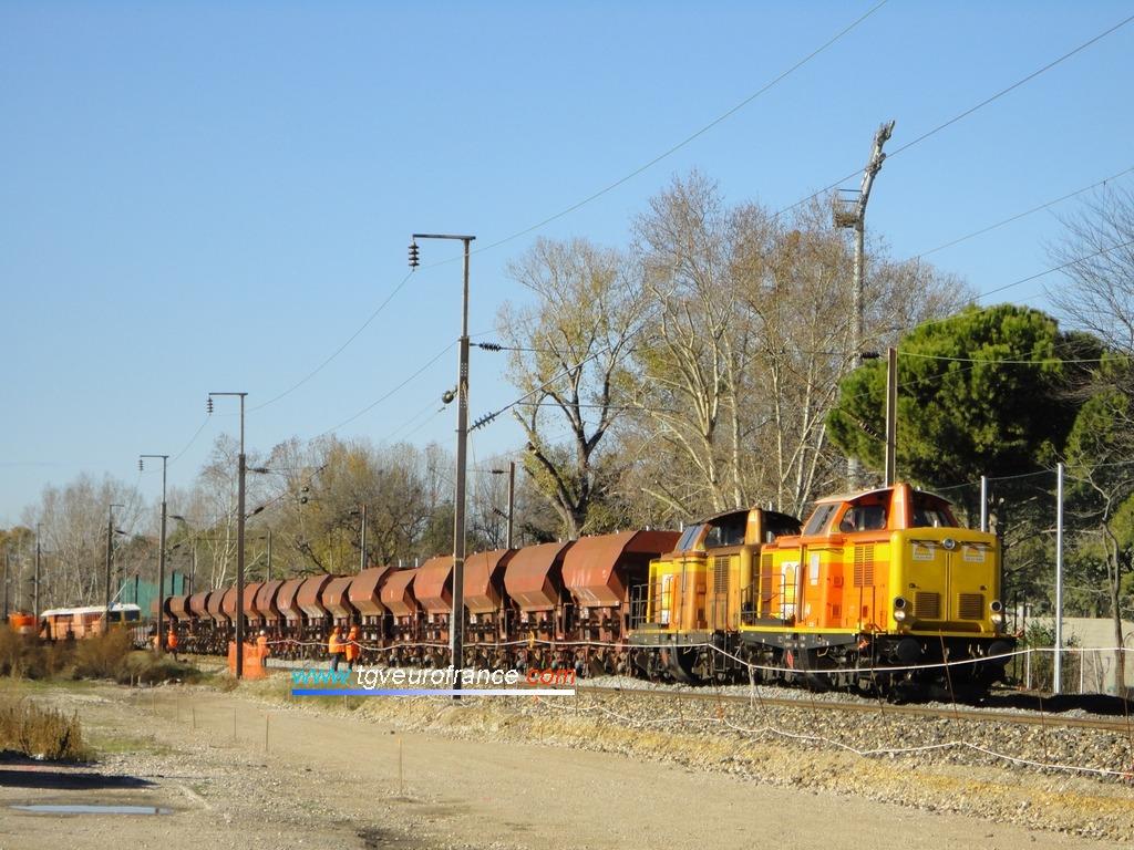Dos locomotoras Diesel V100 con tolvas abiertas para transporte de balasto en Marsella
