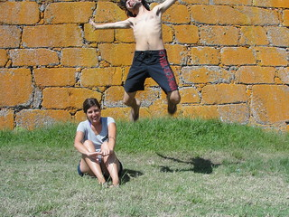 Fortaleza de Santa Teresa Punta del Diablo 近く の画像. people wall uruguay jumping couple action pareja dos fortaleza salto muralla parquenacionaldesantateresa