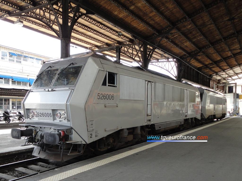 Deux locomotives électriques bitension BB 26000 en livrée grise en gare de Paris-Austerlitz