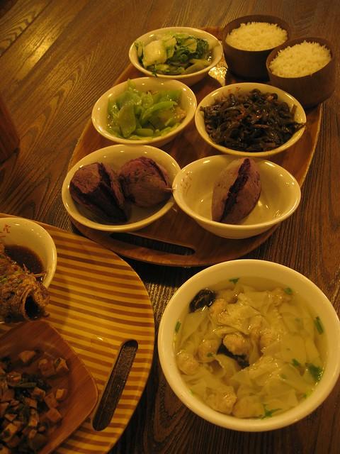 29 在良渚文化村的村民食堂里吃饭