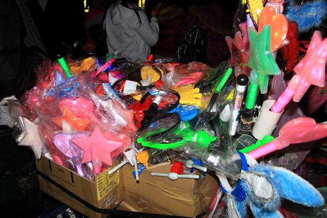 2013台北市跨年晚會攤販賣螢光飾品製造垃圾與污染-201212312348-賴鵬智攝