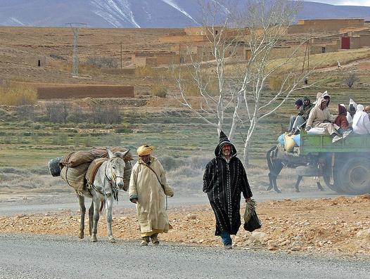 Paisanos en Ait-Hani, aldea bereber del Atlas Medio (Marruecos)