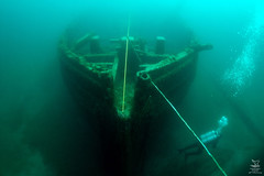 freediving(0.0), underwater diving(1.0), vehicle(1.0), underwater(1.0), watercraft(1.0), shipwreck(1.0),