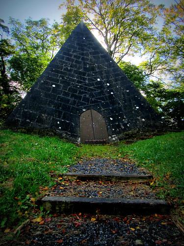 ireland pyramid tomb mausoleum crypt offaly kinnitty pyramidofcheops stfinnianschurchofireland