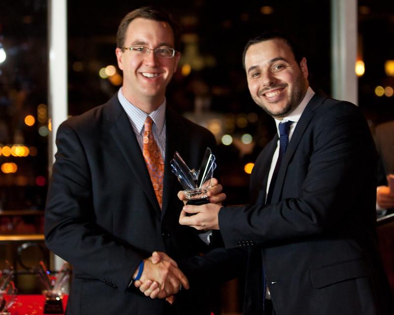 Carlos Gutierréz recibe el Victory Award 2012 de manos de Chad Barth (Eventbrite)