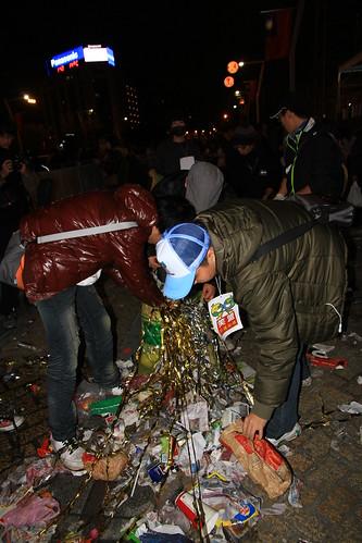 2013台北市跨年晚會-笑擁地球青年聯盟收垃圾-5-201301010144-賴鵬智攝-直