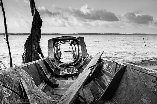 Pirogue abandonnée sur les rives du Maroni, Guyane by Mickael Berteloot