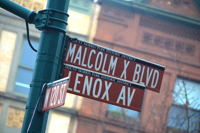 Letreros de las calles del Barrio de Harlem que vimos durante la excursión de contrastes de Nueva York