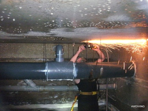 Verwijderen van de oude draadeinden en beugels uit de bufferkelder.