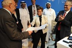 會議成果出爐時,公約秘書長Christiana Figueres展示談判代表繳回的同意簽名。UNFCCC提供