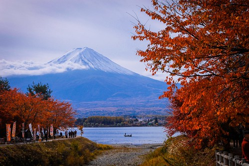 morning travel autumn trees red vacation sky people cloud mountain lake water japan canon lens eos boat fuji mt icon tourist frame destination fujisan kit colourful 500d kawaguhiko
