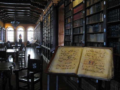Libro y biblioteca en el Templo Santo Domingo