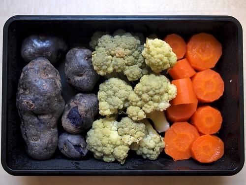 Patatas violeta, coliflor verde y zanahorias al vapor