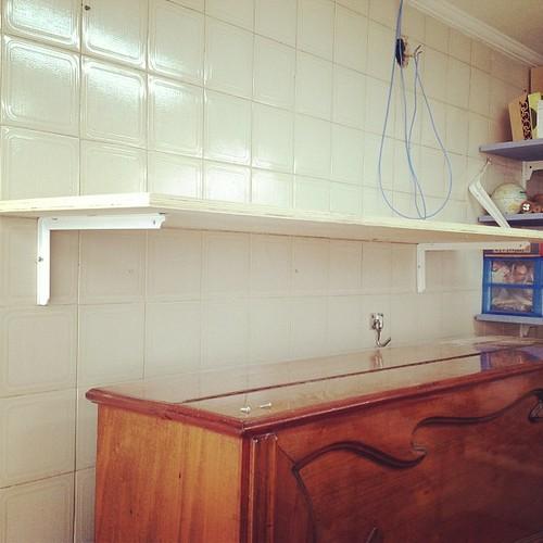Medi, furei, parafusei, medi, cortei, fixei. Primeira prateleira que fiz sozinha!!! Yes we can!!! #craft #oficina