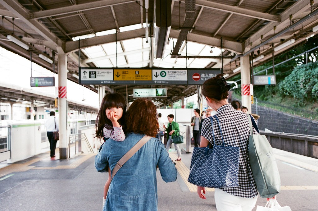 日暮里 Tokyo, Japan / AGFA VISTAPlus / Nikon FM2 如果我沒有記錯的話,離開大手町之後是在日暮里駅這站出來,轉日暮里-舍人線到赤土小學校前。  日暮里駅旁邊就是谷中銀座,我記得那時候在天橋上我們拍了一陣子,後來也有點搞不清楚怎麼搭車回上野,原來那時候搞錯的路線就是我現在要搭的舍人線。  Nikon FM2 Nikon AI AF Nikkor 35mm F/2D AGFA VISTAPlus ISO400 0994-0012 2015/09/30 Photo by Toomore
