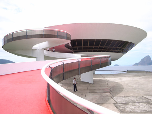Oscar niemeyer architecte ma tre de la courbe terre for Architecture courbe