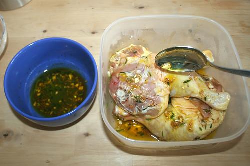 16 - Hähnchenschenkel wenden / Turn legs in marinade