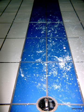 Twee componenten verf op tegelvloer voor het schoon maken