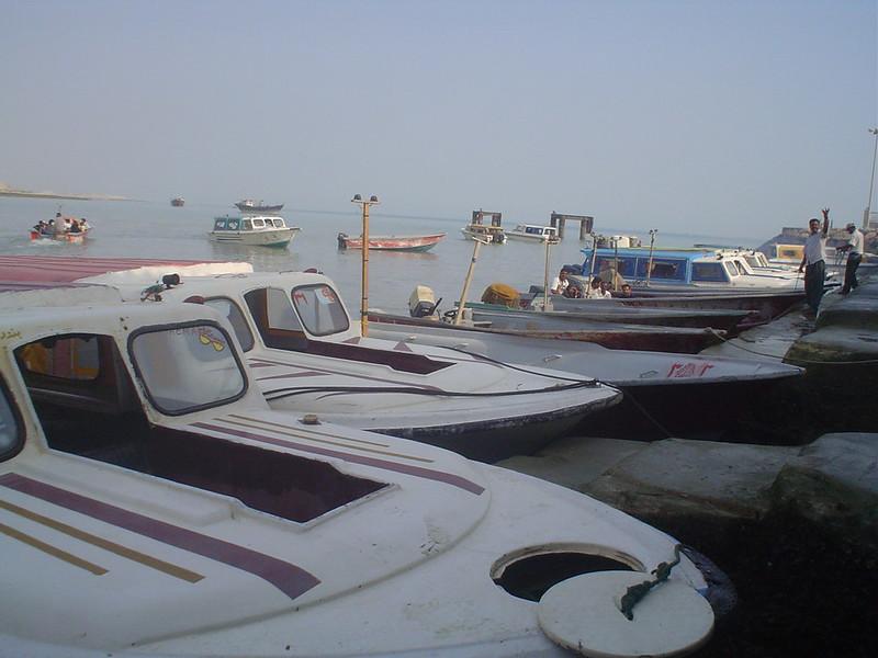 Viagem de barco entre Bandar Abbas e Qeshm no Irão