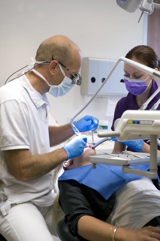 Tandarts controleert het gebit van een patiënt