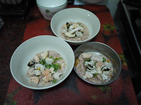 1雖然今天已經是初二,不過還是來PO一下除夕的年夜飯,就是:魚罐頭+手工作的魚丸子