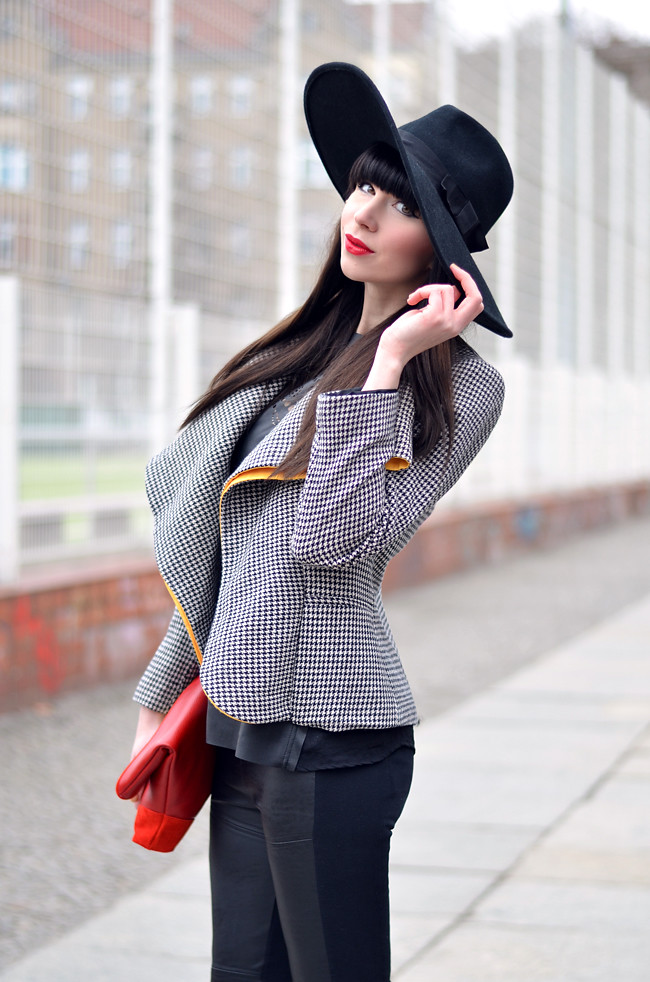 HariTHanD Black Hat Red Clutch Hollywood look Blog 9