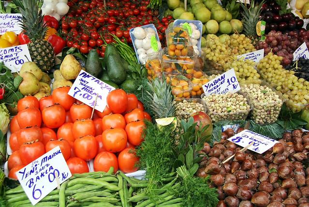 Grocery shop in Kadikoy, Istanbul, Turkey カドゥキョイ、市場の生鮮食品店