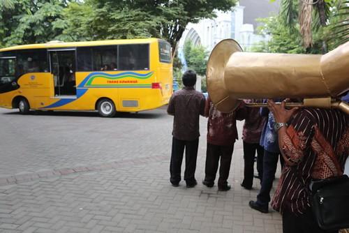 Iringan Musik Bambu Menghantar Delegasi Peserta Menuju Katedral Menado