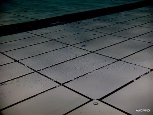 Zwembadtegels :Twee componenten verf hecht zich aan de tegelvloer
