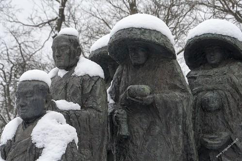 Statue boudhiste sous la neige