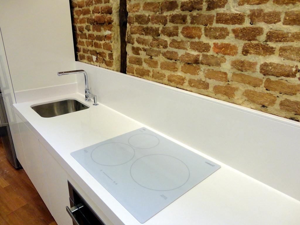 Muebles de cocina de dise o en blanco brillante for Cocinas vitroceramicas