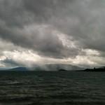 La lluvia avanza sobre el Lago Calafquén