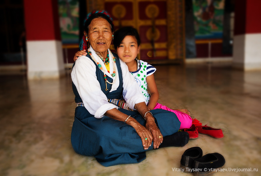 Old tibetan with granddaughter