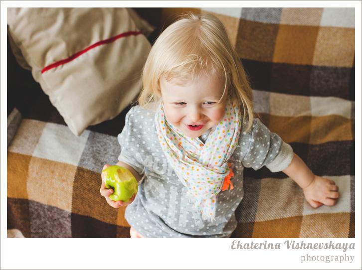 фотограф Екатерина Вишневская, хороший детский фотограф, семейный фотограф, домашняя съемка, студийная фотосессия, детская съемка, малыш, ребенок, съемка детей, фотография ребёнка, девочка, красота, милый ребёнок, шарфик, горошек, яблоко, смех, плед, клетка, блондинка, фотограф москва