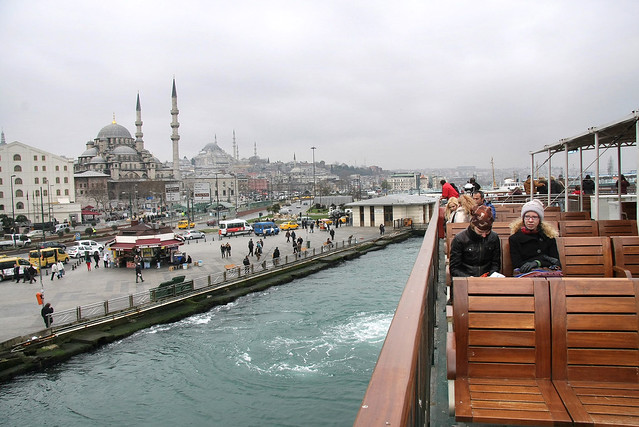 Ferryboat from Eminonu to Kadikoy, Istanbul, Turkey イスタンブール、エミノニュからカドゥキョイ行きのフェリー