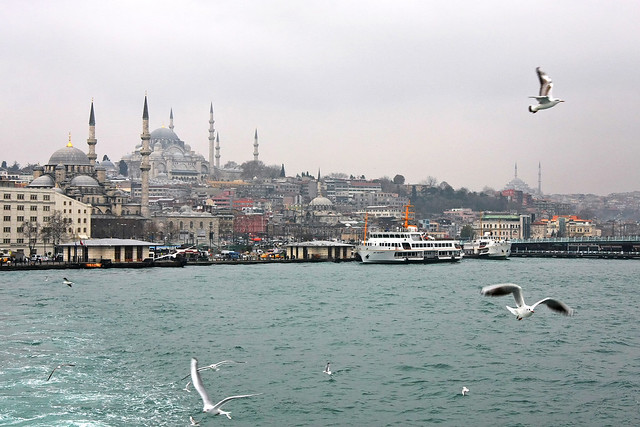 View of Eminonu from the ferryboat, Istanbul, Turkey イスタンブール、フェリーから見たエミノニュ